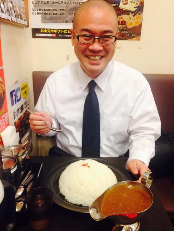 食前の「いただきます」を店長さんに撮影していただきました| 爆盛り2kg Wコラーゲンカレー|飾りじゃないのよカレーは 三田本店